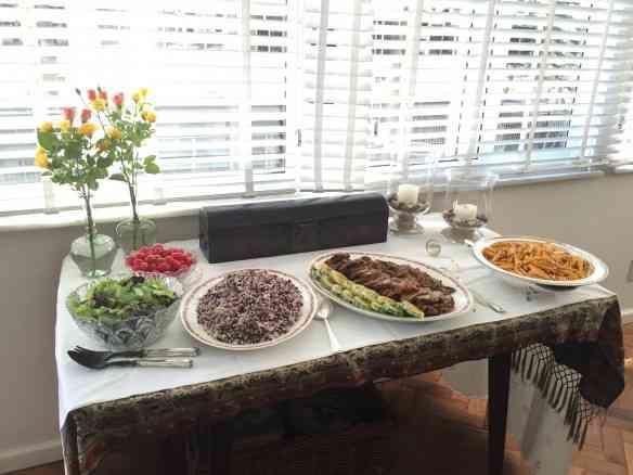 Agora com o prato principal, carne assada de comer rezando, e seus acompanhamentos...