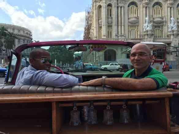 Passeando pela Quinta Avenida de Havana com nosso maravilhoso guia Danilo Gómes... Amigos para sempre!