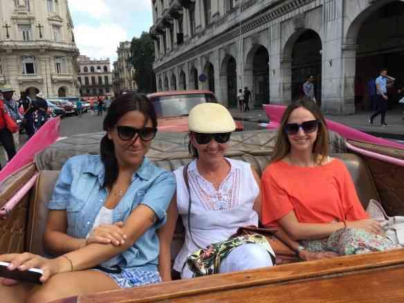 """Melhor meio de transporte para o primeiro passeio por Havana: um de seus maravilhosos carros vintage e de preferência um Cadillac, rabo de peixe """"bien sûre""""!"""
