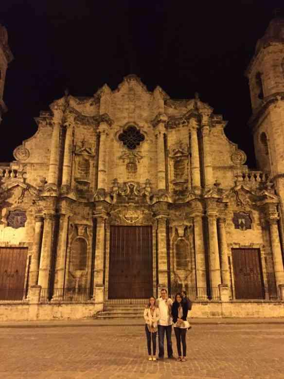 Com as niñas tendo a linda Catedral de Havana ao fundo... Uma das quatro praças icônicas da cidade!