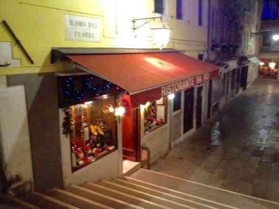 """Esta é a porta para um dos restaurantes mais charmosos que conheço: """"Da Ivo"""", em Veneza... Tão romântico!"""