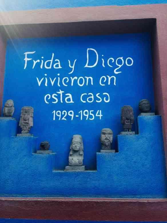 """Detalhe que compõe o ambiente do jardim original: eis o que Paula chamou de """"Azul Frida""""!"""