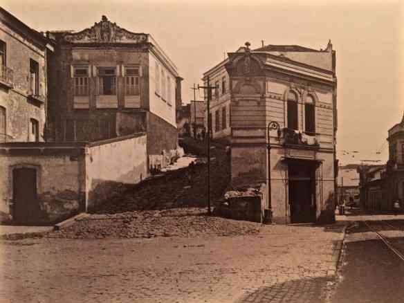 Esta é a primeira foto do livro, mostrando a ladeira da Misericórdia: aqui foi dada a largada na construção da cidade!