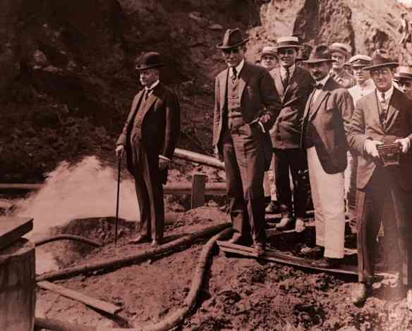 Nesta foto o presidente Epitácio Pessoa e o prefeito Carlos Sampaio assistem à demolição do morro do Castelo... Pena!