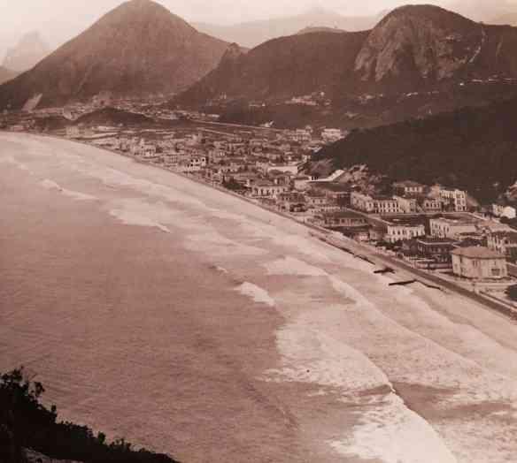 As praias de Copacabana e do Leme, na década de 1910, ocupadas por lindos sobrados e casas térreas...