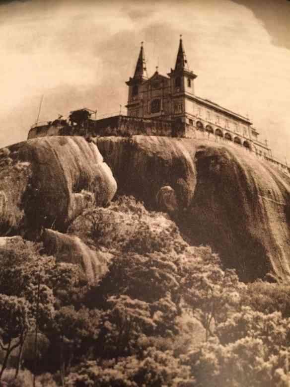 Eis a linda igreja da Penha, marco arquitetônico do subúrbio carioca, no tempo que ainda reinava sozinha no penedo onde foi construída, no século XVII: linda!