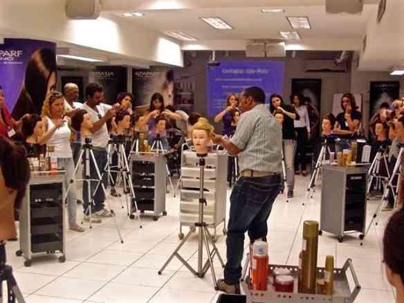 """Outra cena do curso de penteado de Ely Melo: agora os alunos estão com a """"mão na massa""""!"""