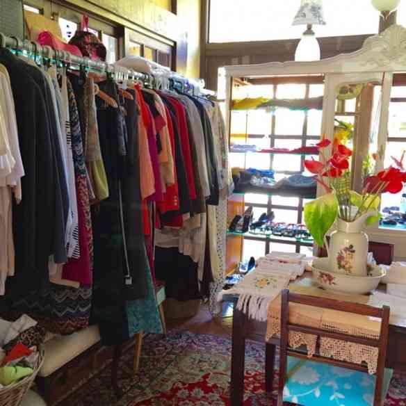o brechó maravilhoso vende roupas e também artigos lindos de cama e mesa, estes estalando de novos e vindos de Pernambuco.