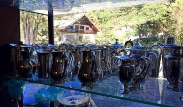 Esta coleção de jarras de água foi levada, todinha, por um proprietário de restaurante cansado de ver as de vidro espatifarem... Achei chiquérrimo!