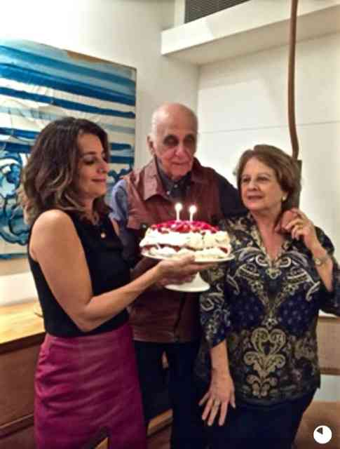 Renata Salgado segurando o bolo, com os amigos Mary e Zuenir Ventura