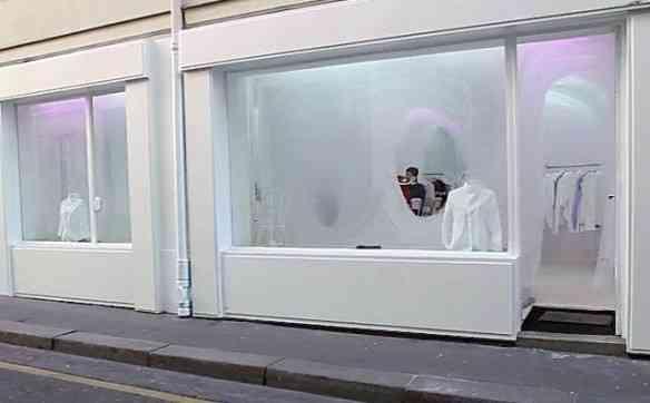 """Em plena """"flanarão"""" pela """"Rue de la Chaise"""", dei de cara com esta vitrine minimalista, entre as fachadas de Paris"""