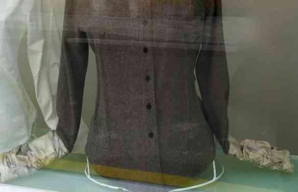 """Vejam que lindo o contraste do """"tweed"""" com o algodão e o acabamento dos punhos: luxo só!"""