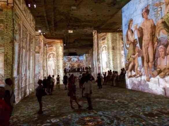 Vejam a beleza das imagens refletidas nas paredes de pedra!