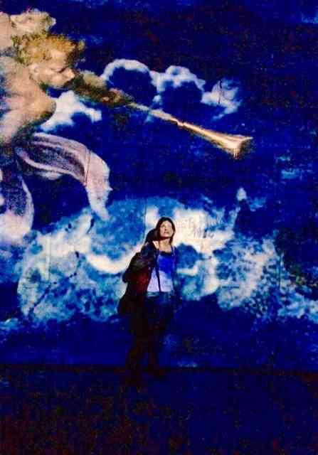 """Carla nesta foto com o """"Julgamento"""", de Michelangelo ao fundo, conta pra gente o que viu: """"Comandado pelo Papa Clemente VII o afresco do """"O Ultimo Julgamento"""", da Capela Sistina, foi o fechamento da apresentação. Veio com um turbilhão de figuras soltas no espaço... Os condenados abandonados à sua triste sorte, enquanto os eleitos eram elevados aos céus ao som da musica dos anjos triunfantes.....lindo e emocionante!"""""""