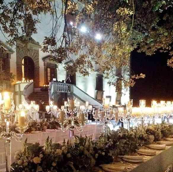 Jantar deslumbrante, de um casamento judeu, sob as árvores da Villa Collazzi, nos arredores de Florença... Luxo só!