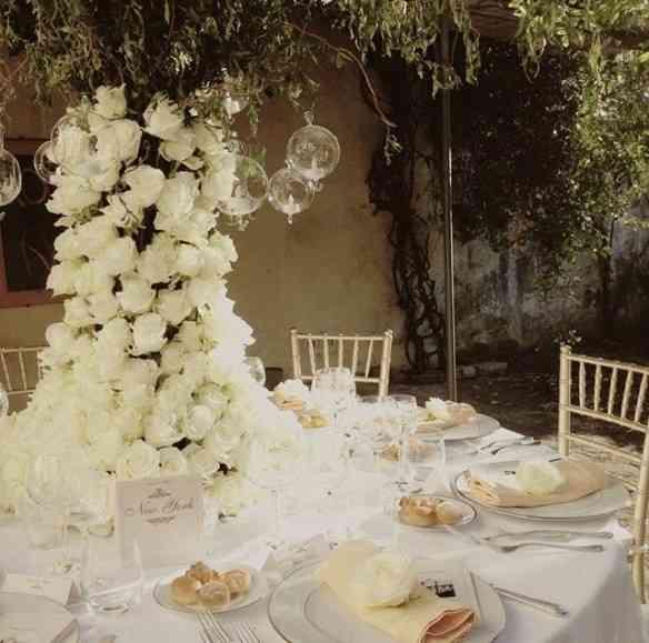 Lindo as flores vindo da mesa e cobrindo o caule da árvore que acaba em folhagens: efeito esplendoroso!