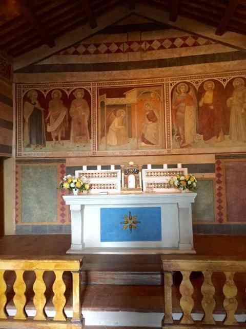 "Este é o precioso altar da ""Chiesa di San Michele Arcangelo"" com afresco de Pietro Lorenzetti, de 1345: ""che bello""!"