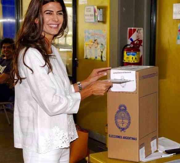 Juliana Awada, futura primeira dama argentina, votando no marido Mauricio Macri: linda!