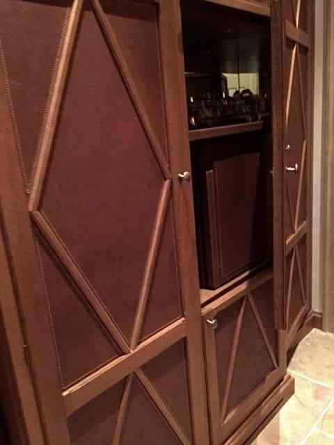 """Vejam que maravilha as portas de madeira divinamente forradas de couro, """"made in Italy""""!"""