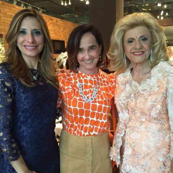 Eu, na melhor companhia, com Eva Sterenfeld-Kruczan e Rachel Sterenfeld. Reparem no colar glorioso que peguei emprestado da musa Rachel: um deslumbre que pode ser usado também como pulseira!
