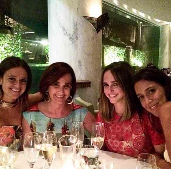 """""""Ceiando"""" num restaurante, no Natal passado, com minhas """"meninas"""": Maria e Isabel TM & Bel Niemeyer, na sequência... Foi uma noite muito feliz!"""