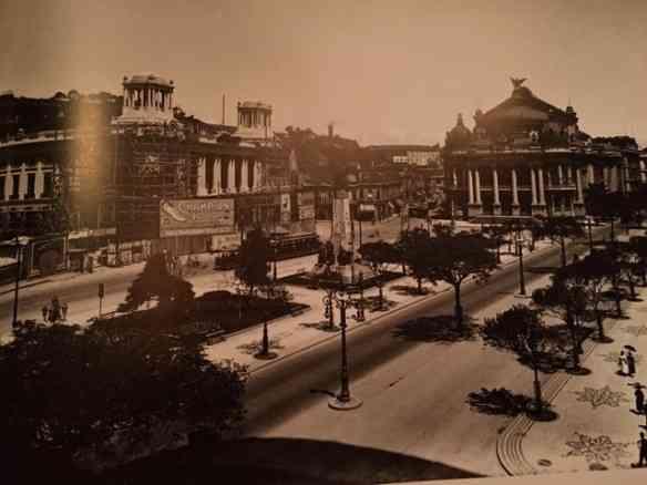 Final das obras na praça Floriano, com o teatro Municipal ao fundo: um marco na modernização do centro da cidade!