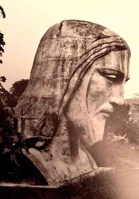 O perfil da cabeça da estátua do Cristo Redentor que junto com as 2 mãos vieram de Paris, em tamanho natural, esculpidas pelo grande Paul Landowiski... O resto da estátua do maior signo carioca veio em maquete. Informações preciosas que aprendi neste belo livro!