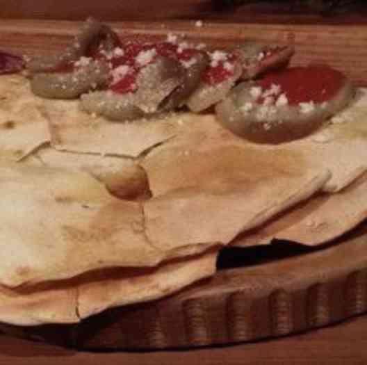 """""""Couvert"""" inesquecível com a pizza branca mais crocante e um pão com sardinha de agradecer aos céus sua existência!"""