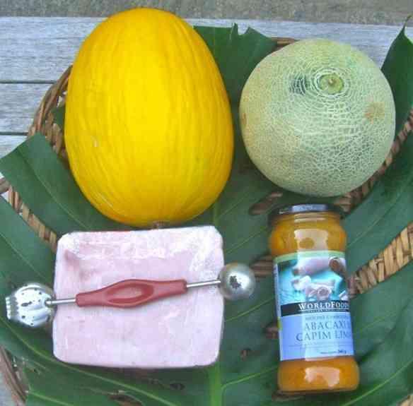 Os ingredientes: tipos de melões variados, presunto sem fatiar, molho de abacaxi com capim limão e a sua competência!