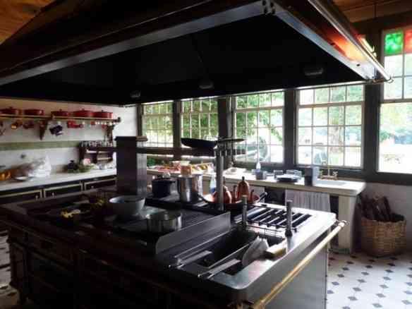 A beleza da cozinha: o fogão parece uma instalação. de tão bonito!