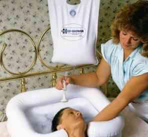Vejam que genial: chuveiro portátil e bacia inflável de plástico para lavar os cabelos na cama!
