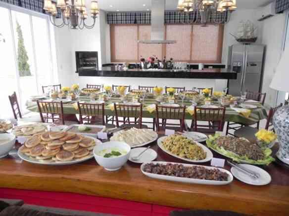 """A festa de outro ângulo: vejam que divino o """"buffet""""! BN"""