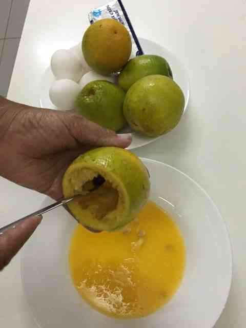 Tirando o miolo da laranja...