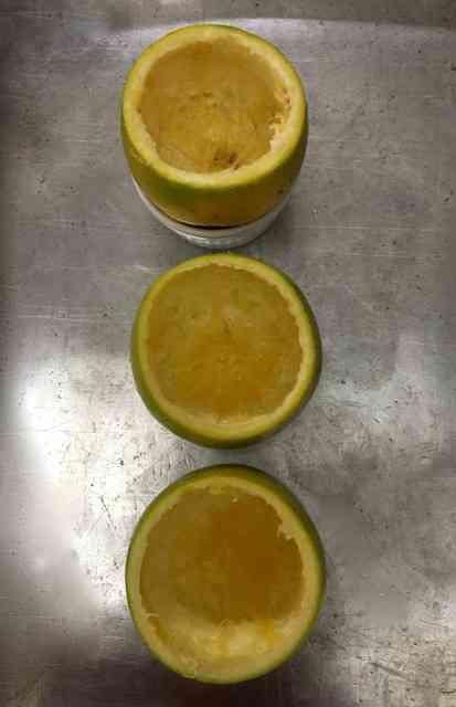 As laranjas preparadas para receberem o recheio...