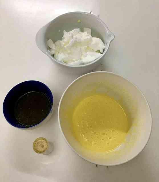 Ingredientes para o recheio: as claras em neve, as gemas batidas, o cálice de Drambuie e a calda do suco da laranja que está na próxima foto...