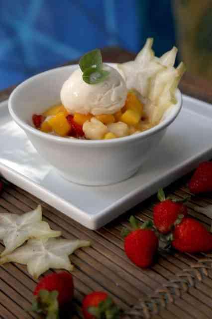 Sobremesa sem culpa e deliciosa: salada de frutas com calda de capim santo e sorbet de graviola!
