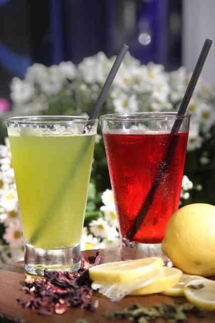 Opções de chá detox: capim santo, gengibre, limão siciliano, mel de agave ou hibiscus, amora, limão siciliano: tanto faz, são igualmente divinos!