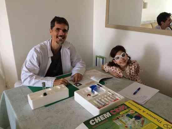 O craque Eduardo Vieira e uma aluna aplicada: ensino revolucionário!