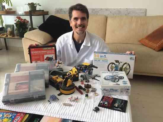 """o material que uso nas aulas, incluindo kits da """"SparkFun"""" e vários robôs."""