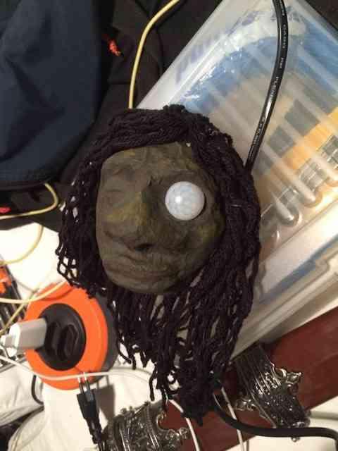 Eis uma cabeça-robô inspirada nas cabeças das maçanetas do Hotel Transilvânia (fiilme de animação da Sony)...