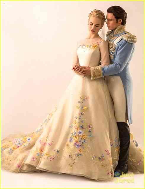 O par romântico estrelado pela linda Lily James, como Ella, e Richard Madden como o Príncipe Kit.