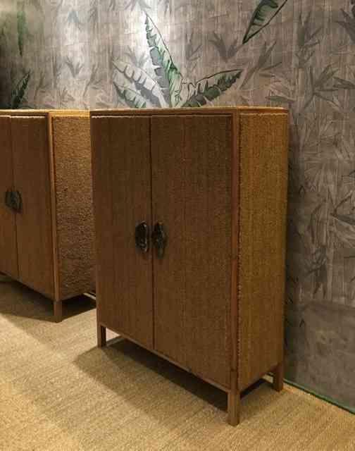 ... E como este par de armários revestidos de capacho de sisal: super curioso! (também na Esther Giobbi)