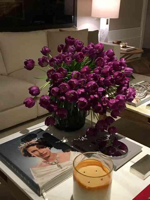 "Este ""bouquet"" roubava a cena da sala chic de Dado Castelo Branco!"