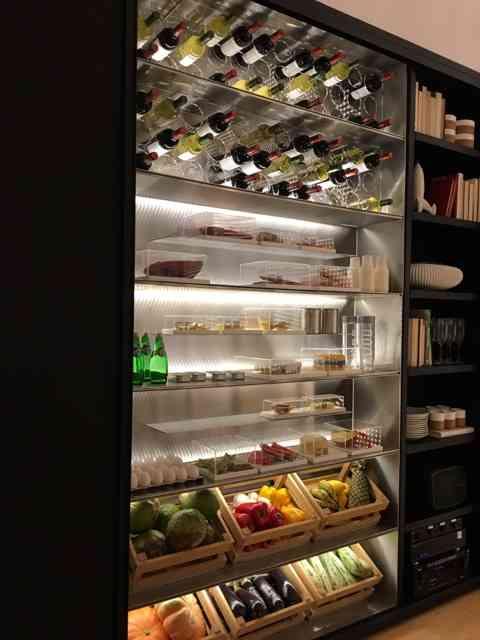 Detalhe do armário 2 em 1, para os gelados, do ambiente acima: adega e geladeira lindamente arrumadas podem fazer um bonito enfeitando com louvor. Noves fora que bagunça fica proibido: amei!