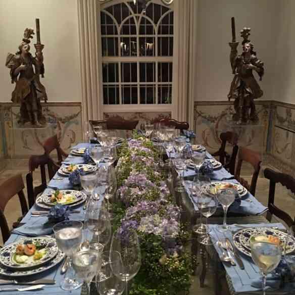 Mesa deslumbrante, em tons de azul, como o a noite gloriosa!