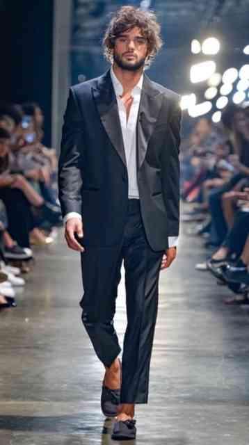 Murilo Lomas não esqueceu de ternos super bem cortados e, na sequência, com caimento irretocável, como vemos na foto!