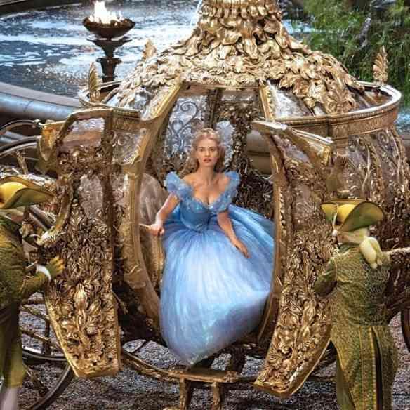 Ella ou melhor, Cinderella (estrelada pela linda Lily James), chegando translumbrante no baile...
