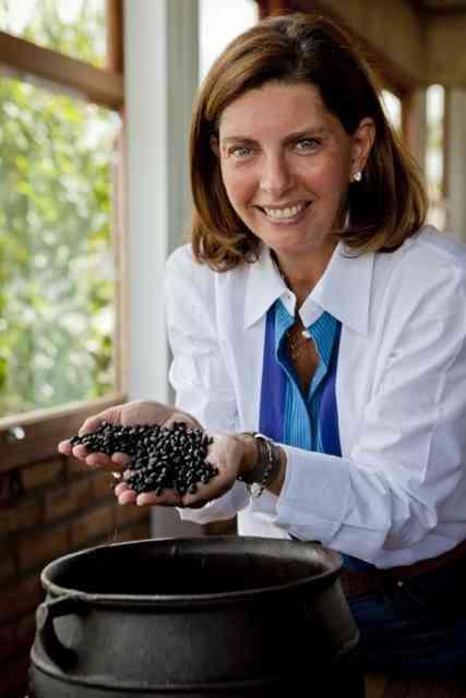 A maravilhosa chef Kitty Assis com a mão na massa: agora ela vai cozinhar pra gente, sem sair de casa. Luxo só!