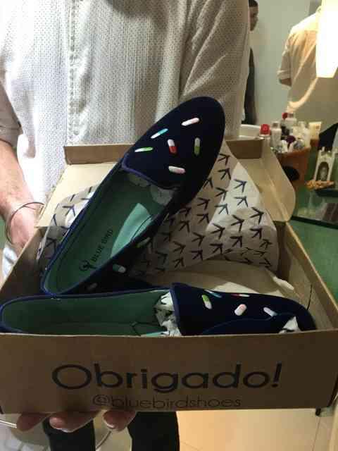 """Eis o lindo presente do Emilien: pra quem gosta de um """"remédinho"""" é o par de sapatos perfeito!"""