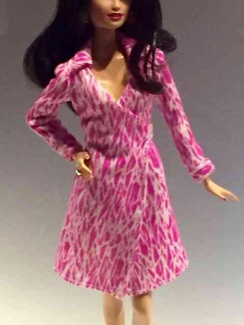 """Alguns estilistas famosos vestiram nossa heroína. Como Diane Furstenberg e seu icônico """"wrap dress"""", que Barbie usa neste """"look"""","""
